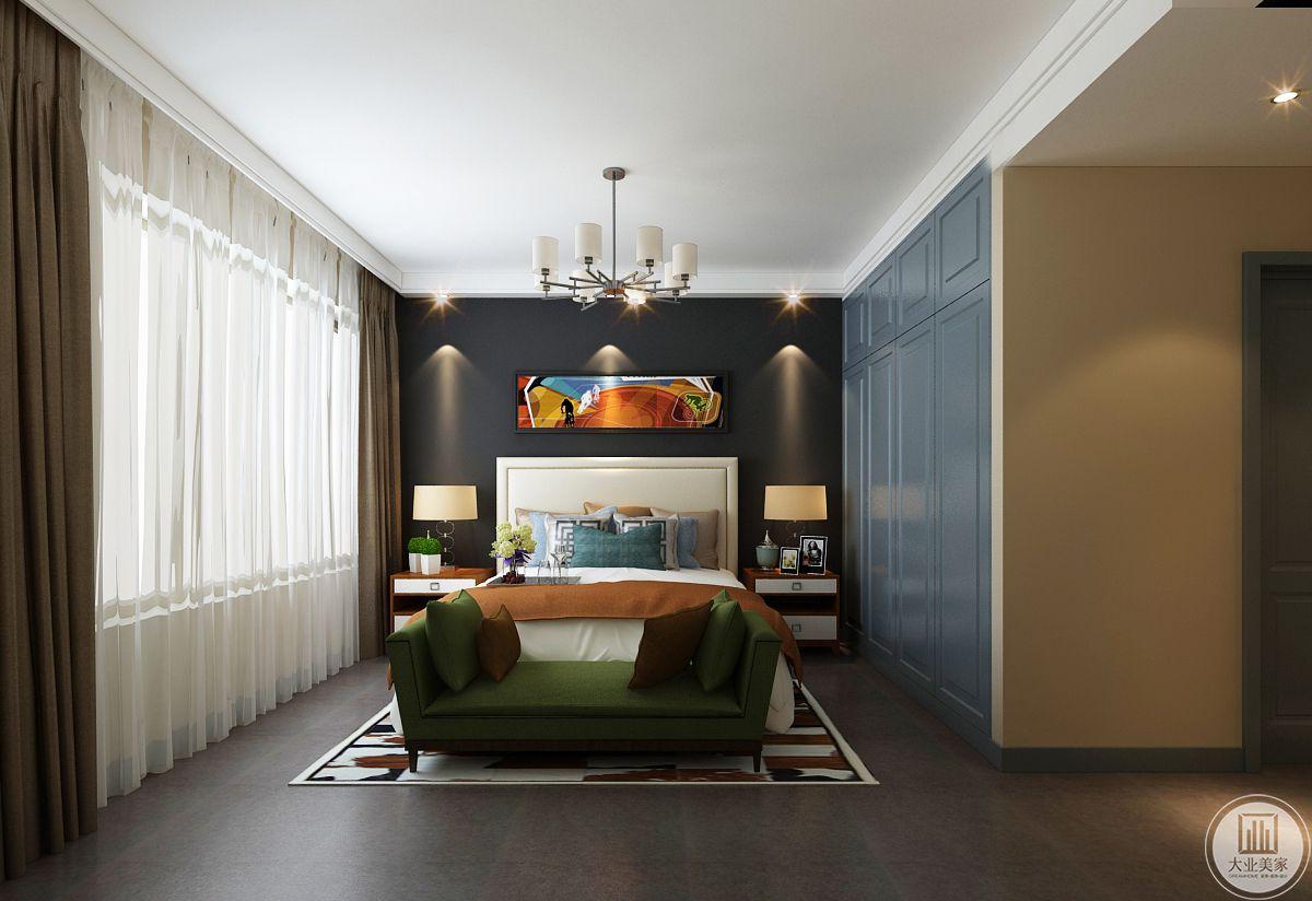 主卧室装修效果图:地面采用深色瓷砖,床头背景墙采用使用橘色为主的抽象画,背景墙的颜色采用黑色,衣柜柜门使用蓝色。