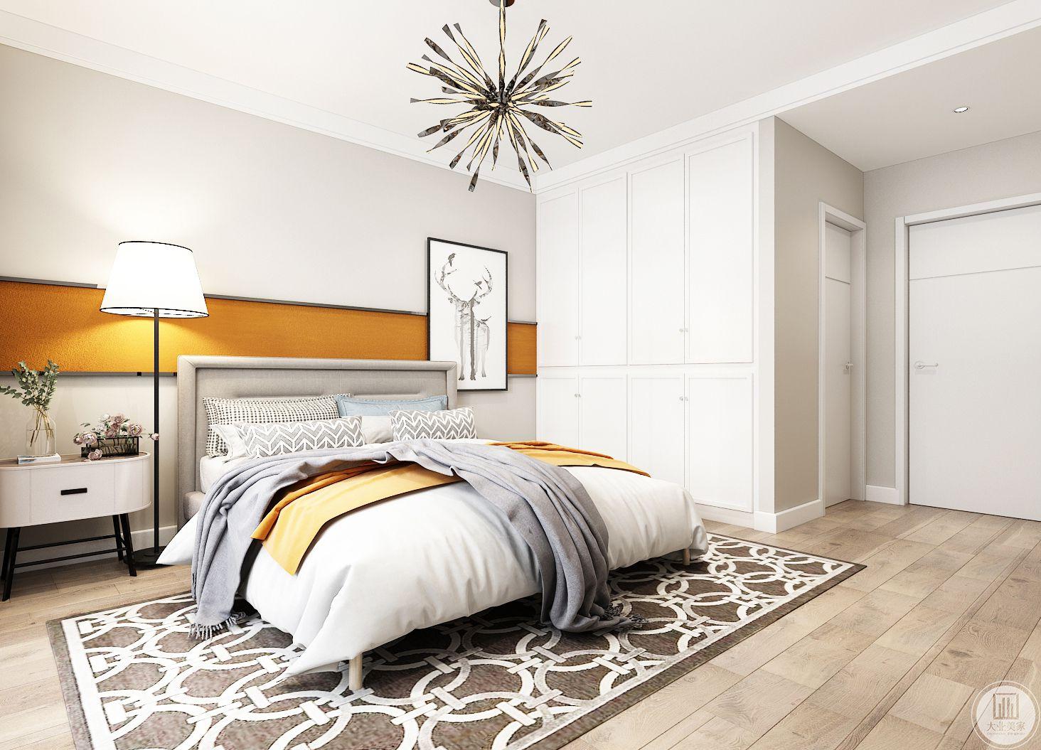 主卧室装修效果图:主卧室以白色为主,地面使用实木地板,搭配深棕色地毯。