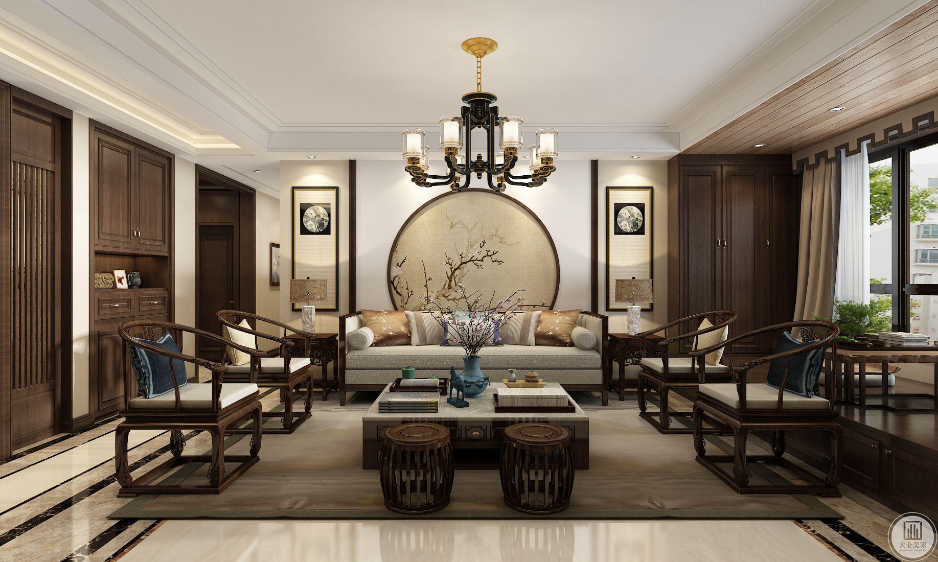客厅装修效果图:地面瓷砖采用淡黄色,地毯使用浅棕色,沙发茶几都采用中式实木,沙发背景墙主要采用花鸟背景,