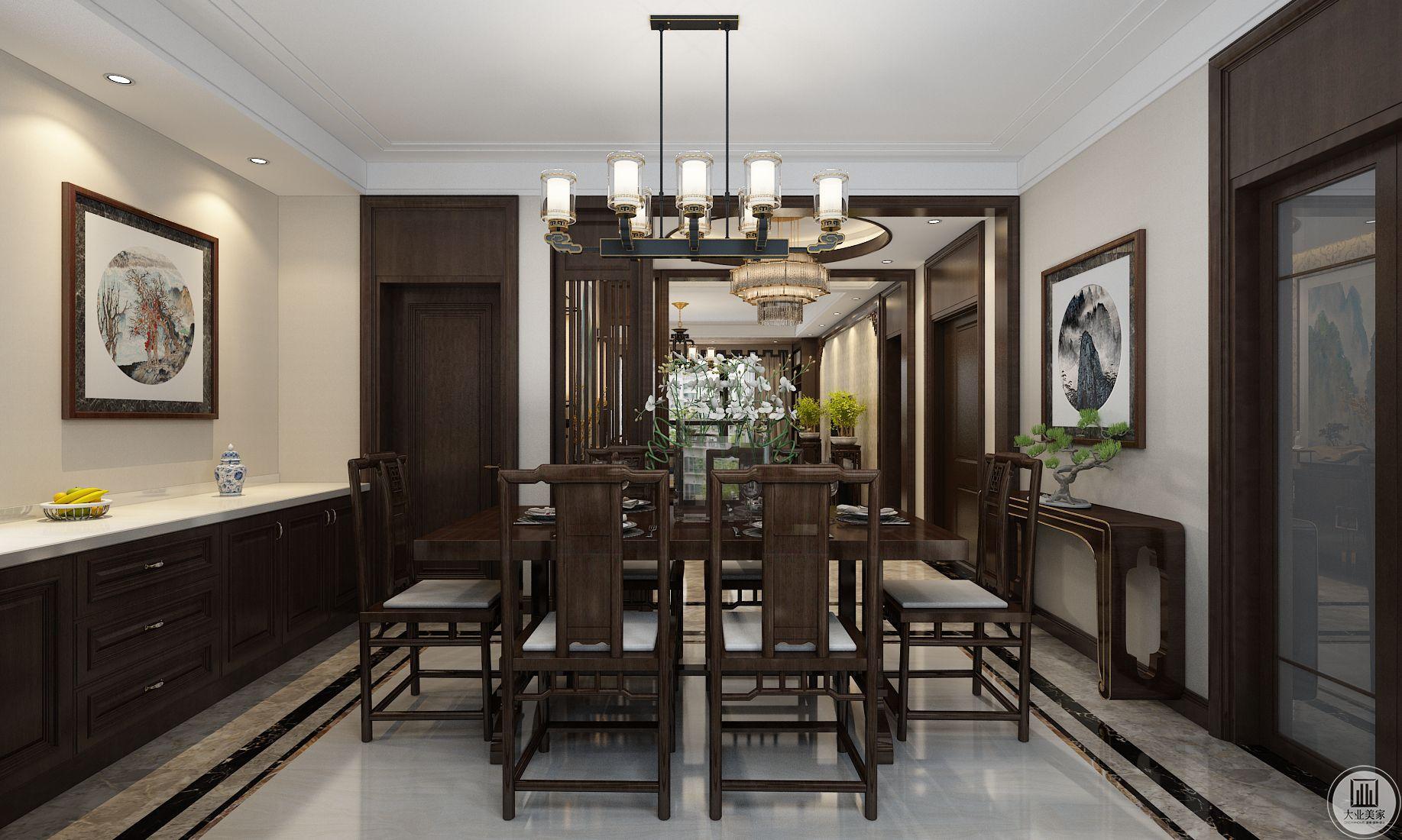 餐厅装修效果图:餐桌餐椅都使用传统木质中式风格,一侧时尚的黑白橱柜。