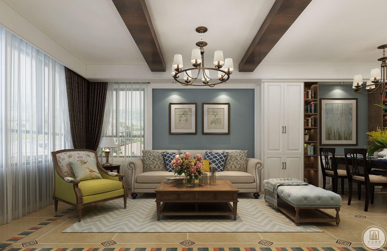 客厅的沙发墙采用对称式挂法,家具整体采用美式风格。