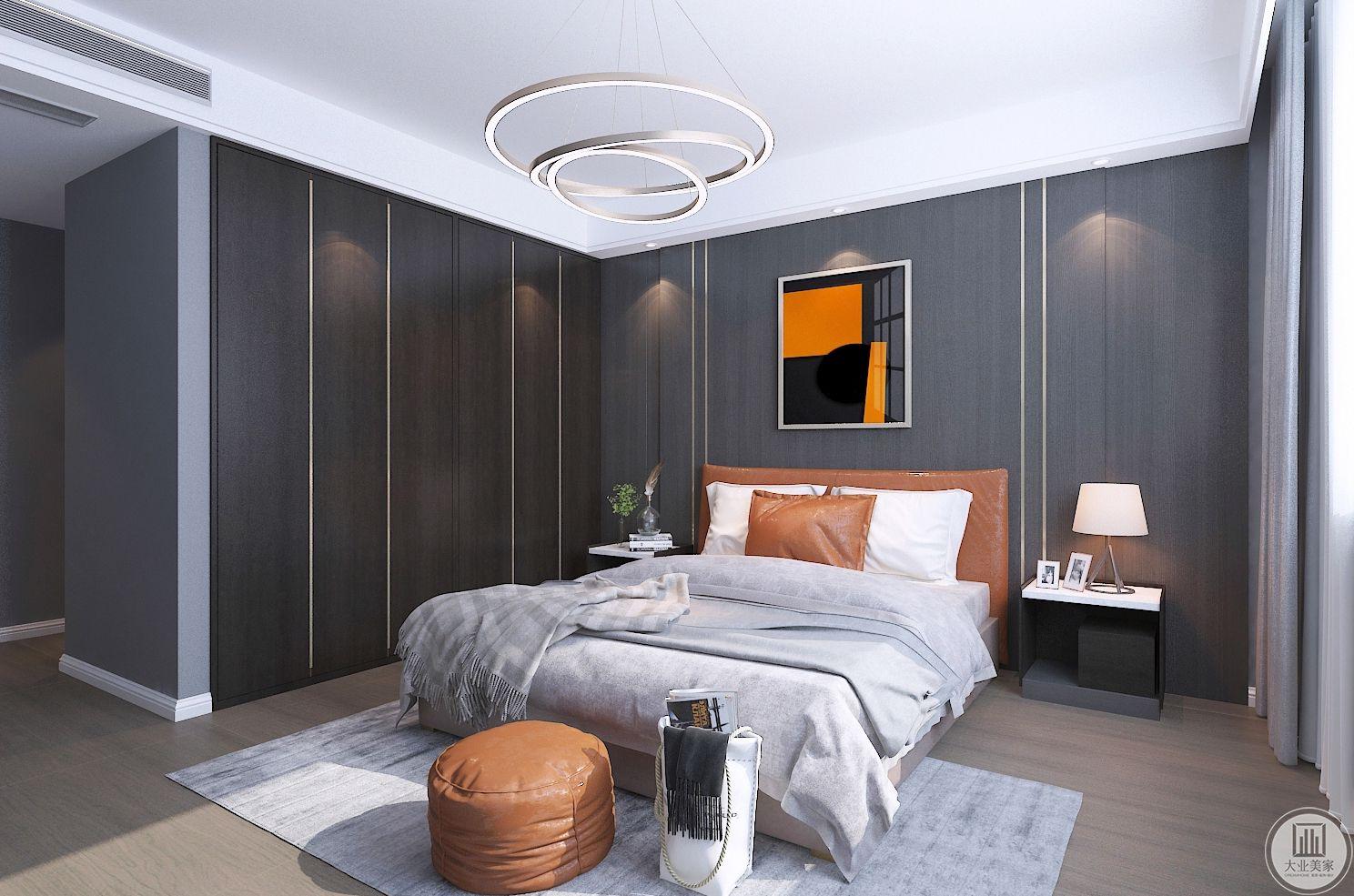 卧室装修效果图:回归主卧寻求自我的沉静和情感的归属,设计师表达了都市关乎现代时尚和精神追求的思考,在设计中着力打造安宁与舒适的居住体验。