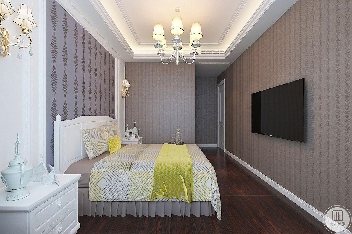 卧室装修效果图:从侧面可以看到整个主卧室的空间设计布局。