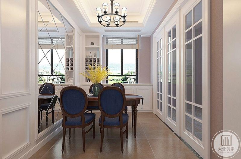 餐厅装修效果图:朝向窗户让空间更加明亮,左侧的整齐的酒柜简洁又不失大气