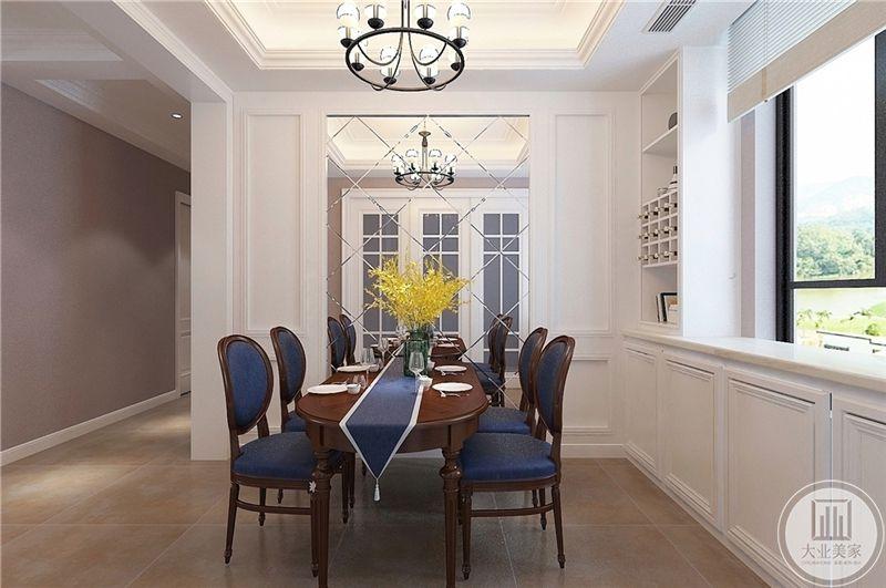 餐厅装修效果图:深色餐桌旁边的镜子,让整个餐厅既宽敞又明亮。