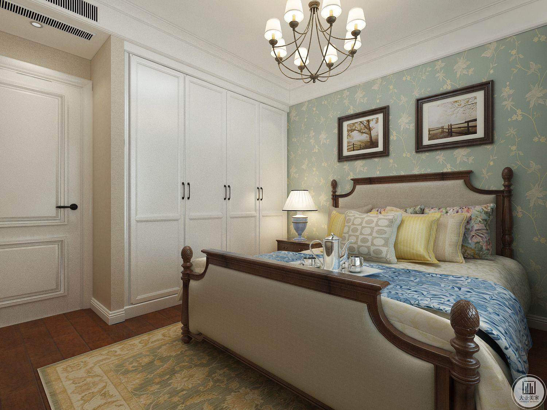 卧室背景墙采用绿色,搭配对称的装饰画,让整个卧室呈现出美式田园风光。