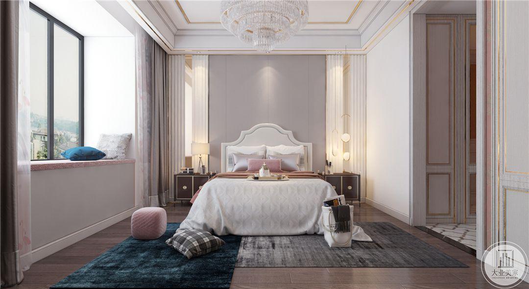 一层主卧室地面铺设深色木地板,搭配拼色地毯,床头背景墙采用紫色装饰,两侧使用红木床头柜。