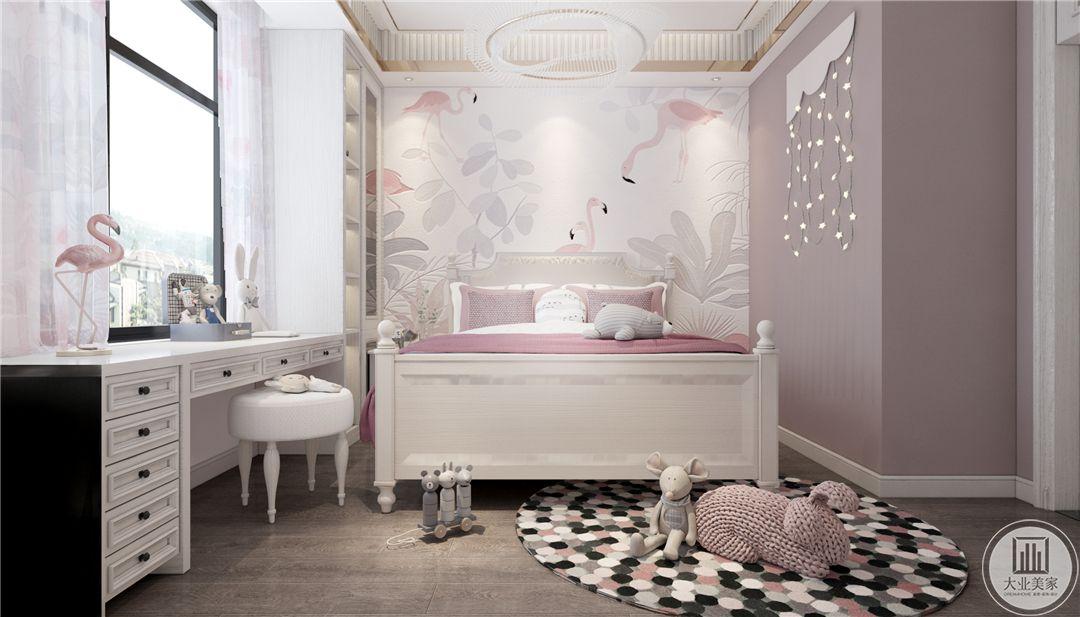 一层女孩房卧室空间整体采用粉色,床头背景墙使用粉色壁纸,窗户下面放置白色欧式书桌。