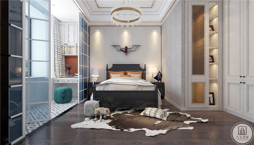 一层男孩房卧室地面采用深色木地板,搭配浅棕色地毯,床的整体框架采用黑檀木,床头背景墙留白,用灰色金属蝙蝠装饰。