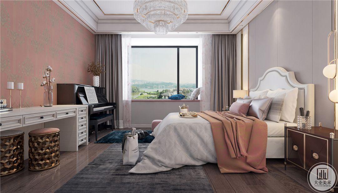 一层主卧室床尾墙面采用橙红色装饰,床尾一侧放置白色欧式书桌,另一侧放置黑色钢琴。