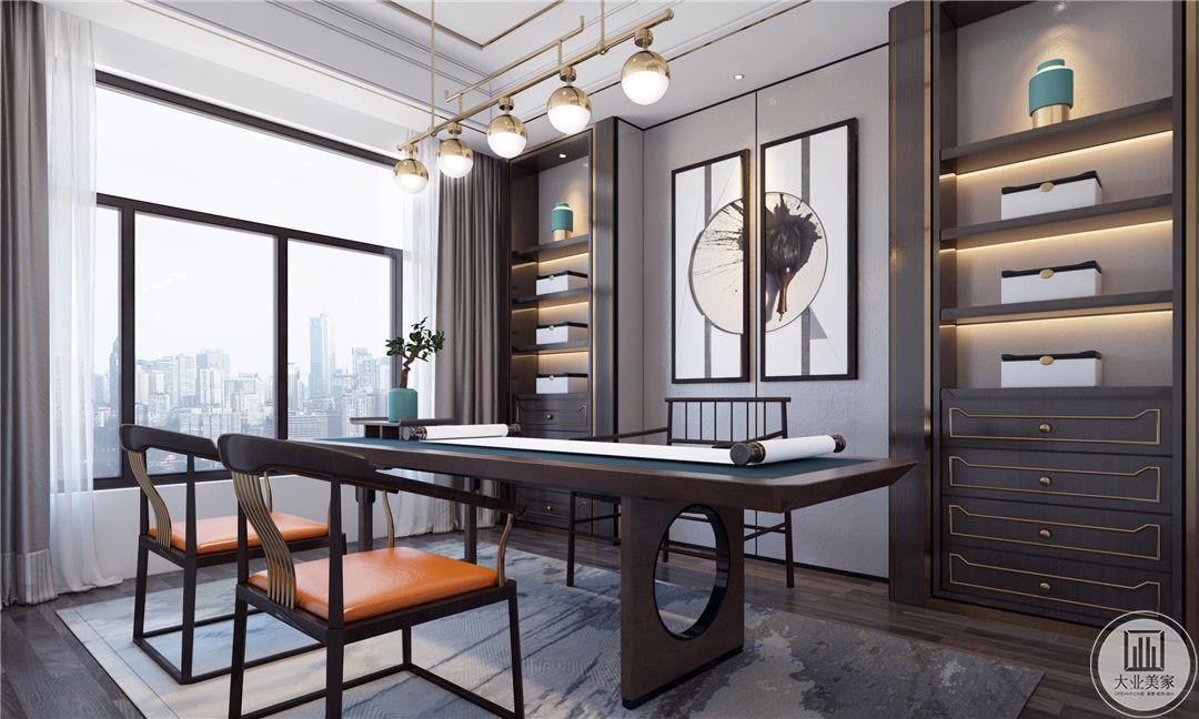 二层书房整体风格更偏向中式,书桌椅子书柜都采用黑檀木制作。