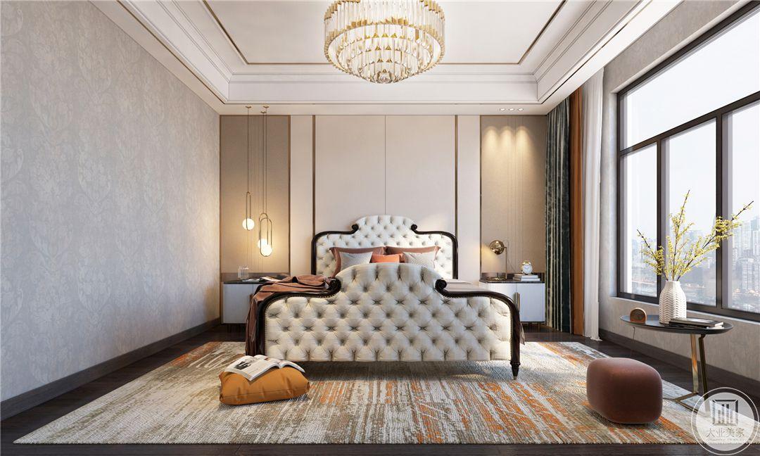 二层主卧地面采用深色木地板,搭配浅色地毯装饰,床头背景墙采用浅粉色壁纸装饰,正对窗户的墙面采用浅灰色装饰。