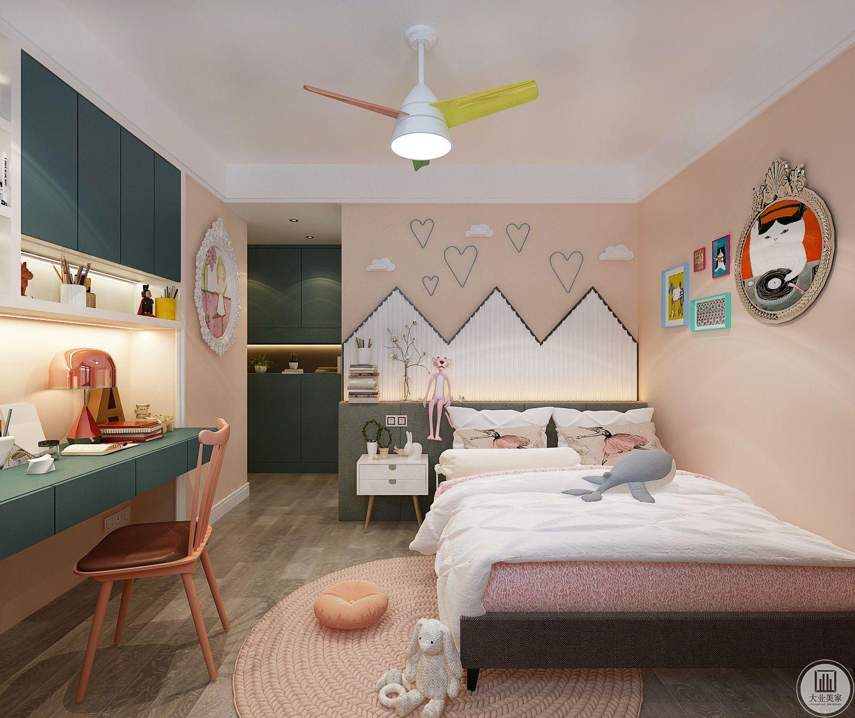 儿童卧室背景墙采用粉色壁纸,墙面使用卡通挂画装饰,书桌吊柜都采用绿色。