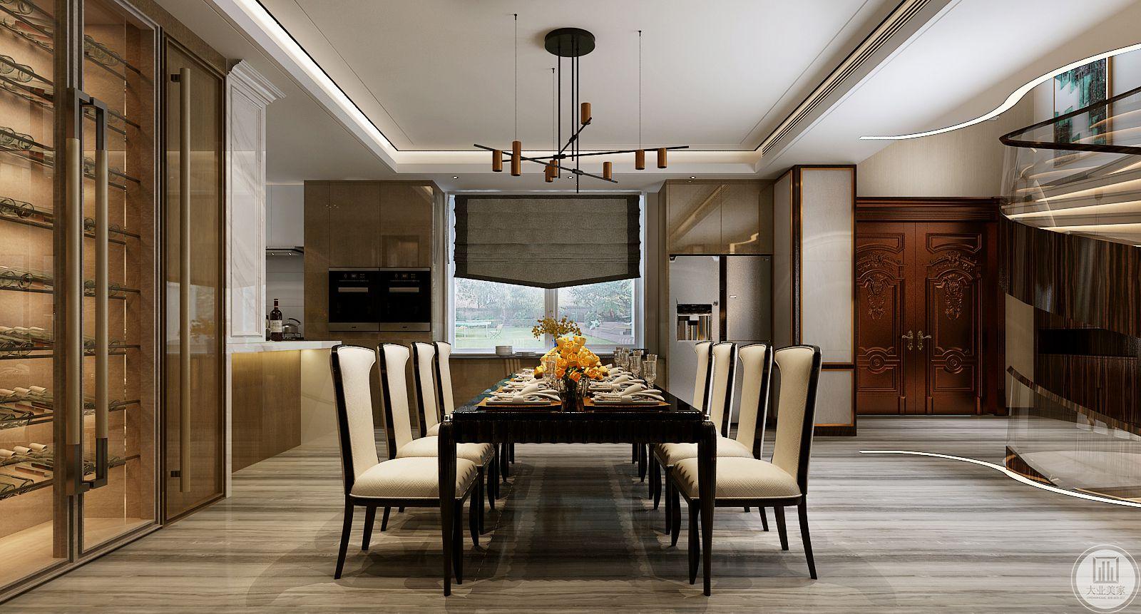 餐厅地面铺设木地板,餐桌餐椅都采用黑色木质框架,窗户的一侧放置冰箱。