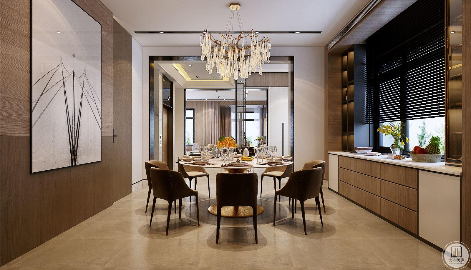 餐厅的餐桌和餐椅采用原木色,一侧窗户下面是实木橱柜,一侧的墙面采用浅色实木护墙板。