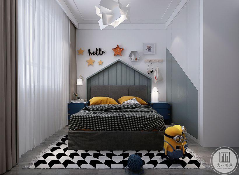 儿童卧室床头背景墙不作任何颜色装饰,墙面采用儿童常见的装饰物,地面采用浅色木地板,搭配黑白相间的地毯,床的两侧采用蓝色床头柜。