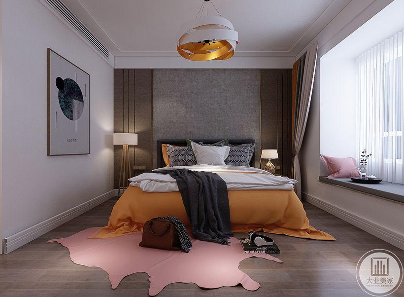 主卧室地面铺设深色木地板,卧室床头背景墙采用马赛克瓷砖,靠窗的一侧放置床头柜,窗户采用飘窗增加收纳空间。