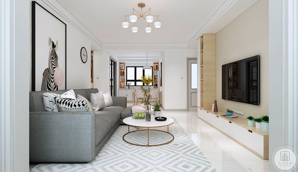 客厅影视墙采用浅黄色壁纸,搭配实木橱柜。