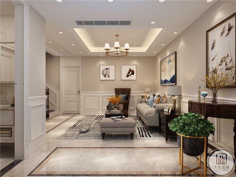 二楼小客厅墙面采用白色实木墙裙子,上半部分搭配浅黄色墙纸,沙发采用灰色搭配棕色,茶几采用红木材料。