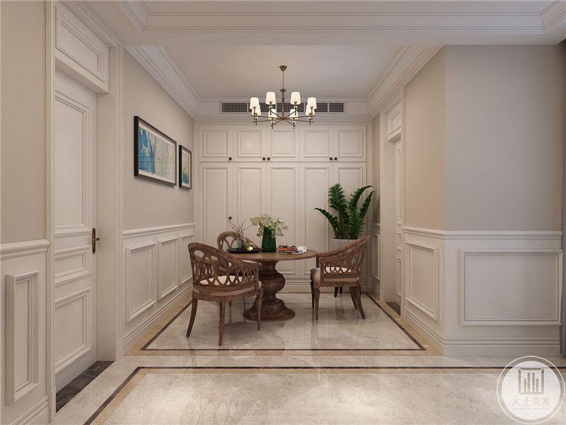 二楼小餐厅墙面采用半面墙纸,下半部分采用石膏线,一侧采用实木衣柜。