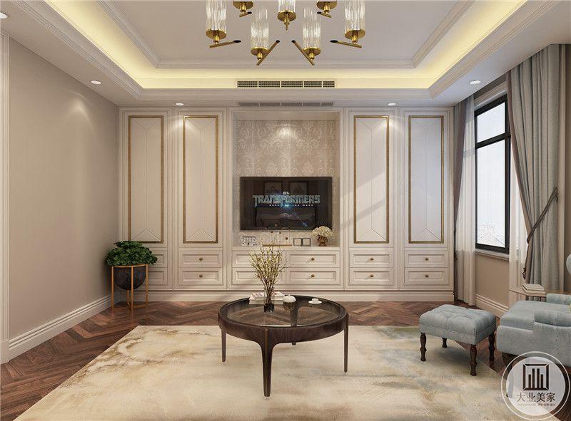 主卧影视墙采用白色实木衣柜,一侧的墙面采用浅黄色墙纸。