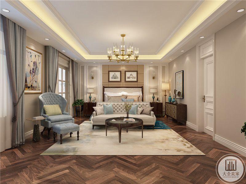 主卧室床头背景墙采用布艺装饰,地面铺设实木地板,一侧采用实木橱柜。