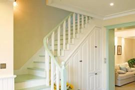 济南别墅装修:楼梯底下面的空间如何利用?