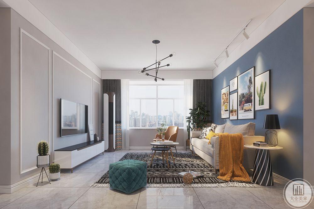 客厅墙上的装饰画,让空间平添几分艺术色彩。