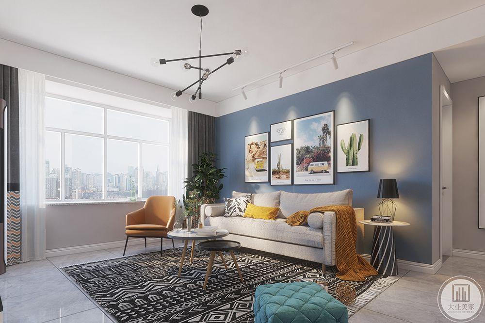 客厅灰色的沙发倚窗而坐,前面是一把让人倍感亲切的圆形茶几。