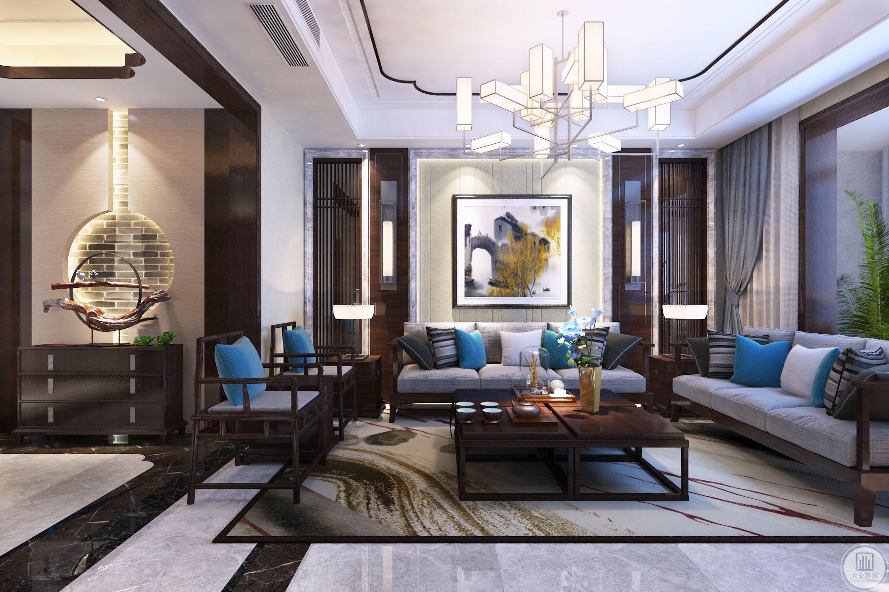 客厅色调以木色与灰色系为主,影视墙面的门洞做了形式感的对称处理,局部石材搭配硬包,彰显材质的层次感。背景墙为深凹面墙,在造型选材上相对丰富一些。