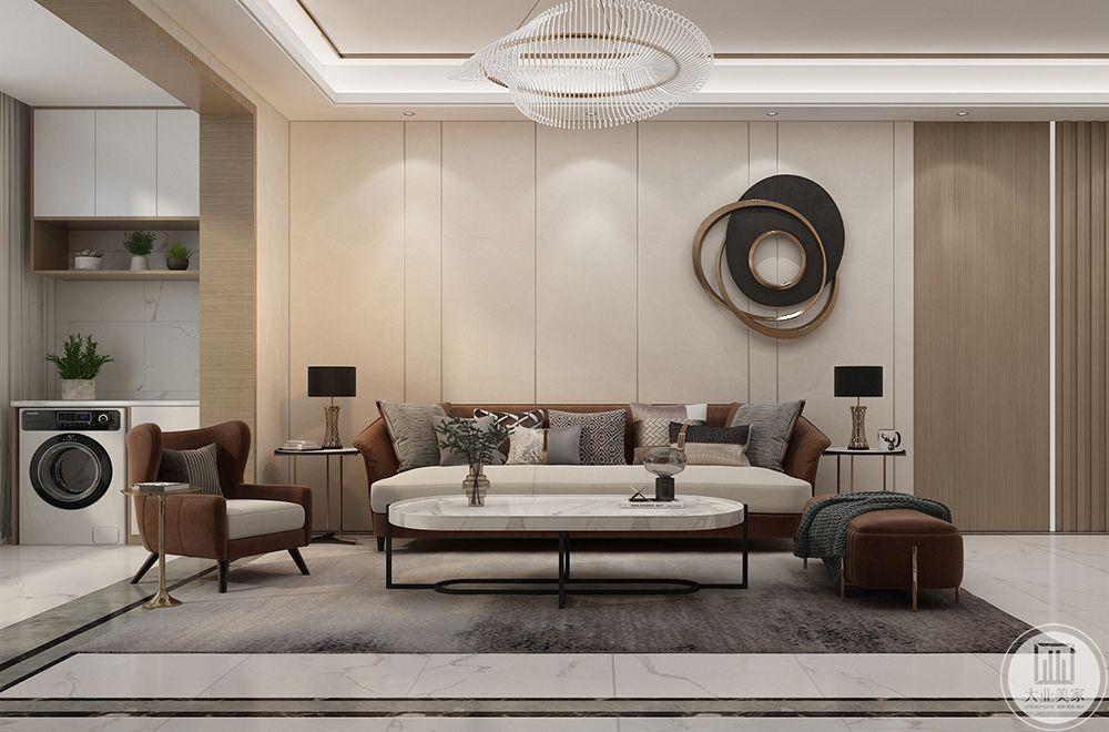 硬包背景的沙发墙,布置上一套简约的轻奢沙发,让整个客厅从面现代舒适的轻松气息。