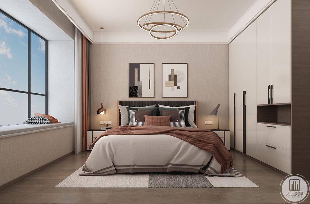 主卧以暖色壁纸搭配素色窗帘,给人柔和舒服的视觉效果,大面积机关窗赋予卧室充足的采光。