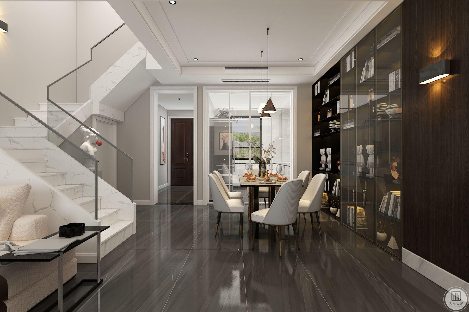 餐厅右侧全部玻璃门酒柜,酒柜内加灯槽,低调奢华