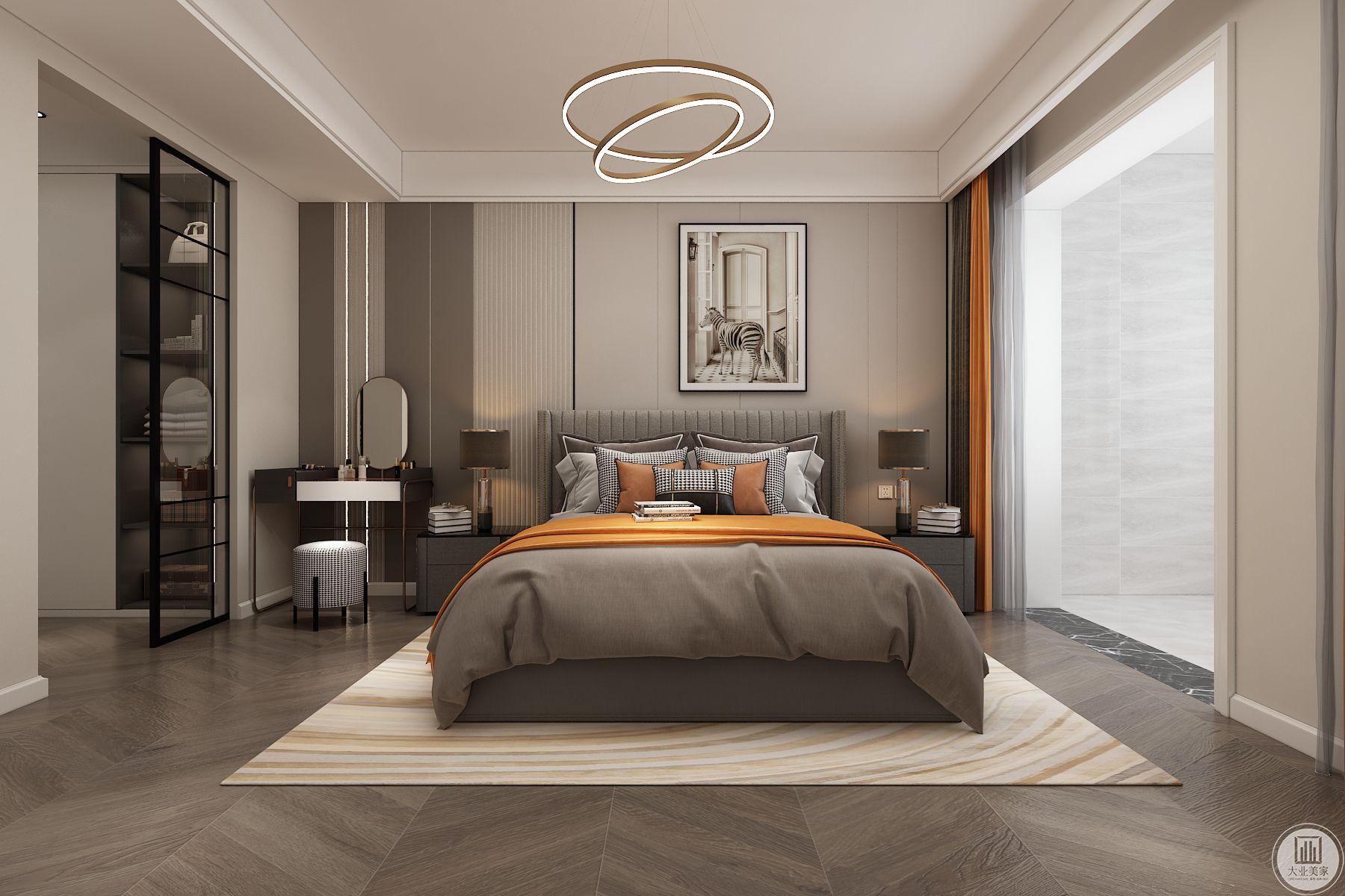 主卧墙面用硬包做造型,左侧灯条做点缀